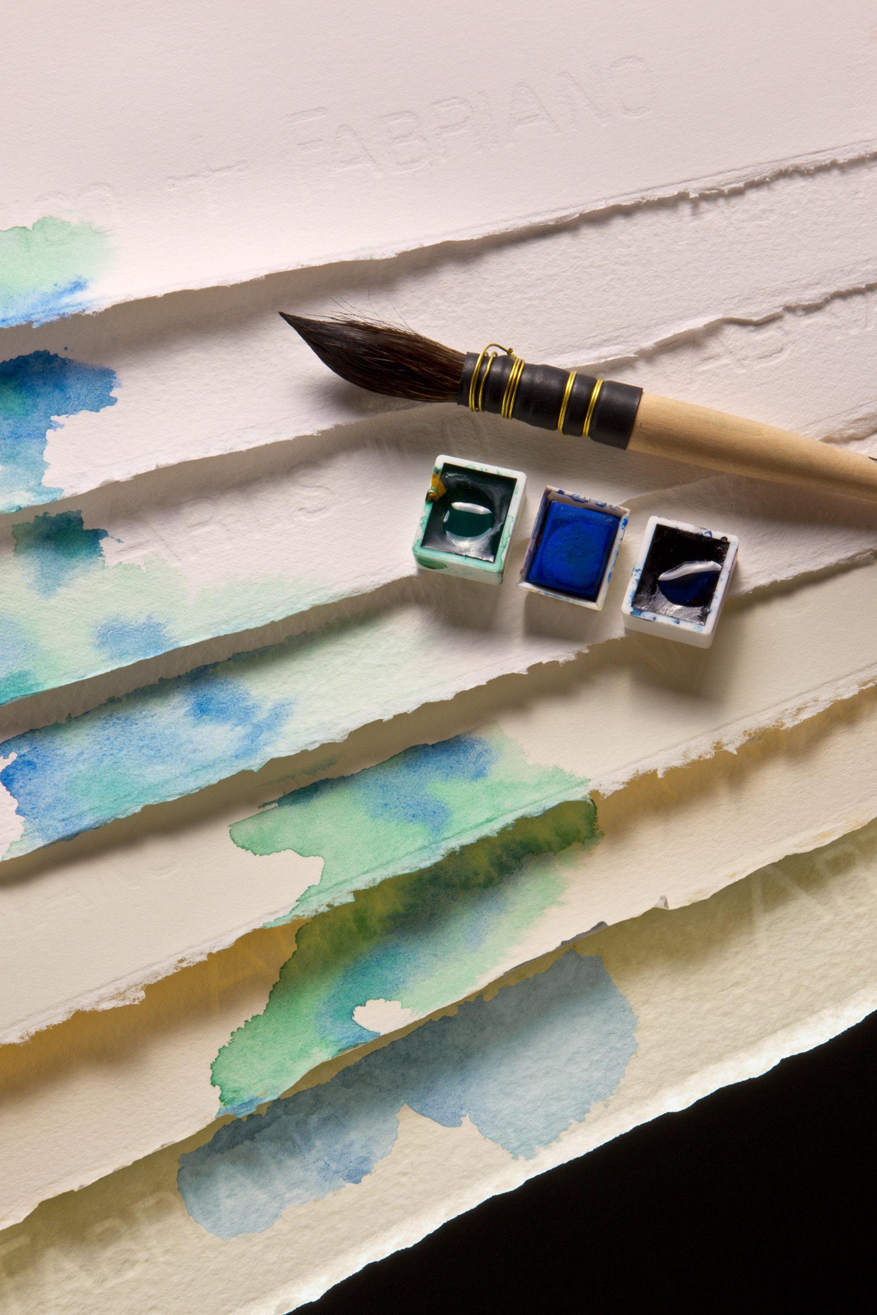 Pensel og akvarellfarger på herlig akvarellpapir