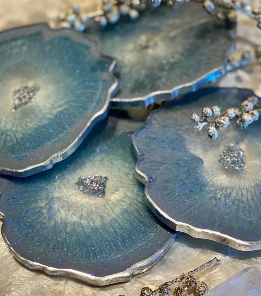 Blå og sølv glassbrikker med glitter