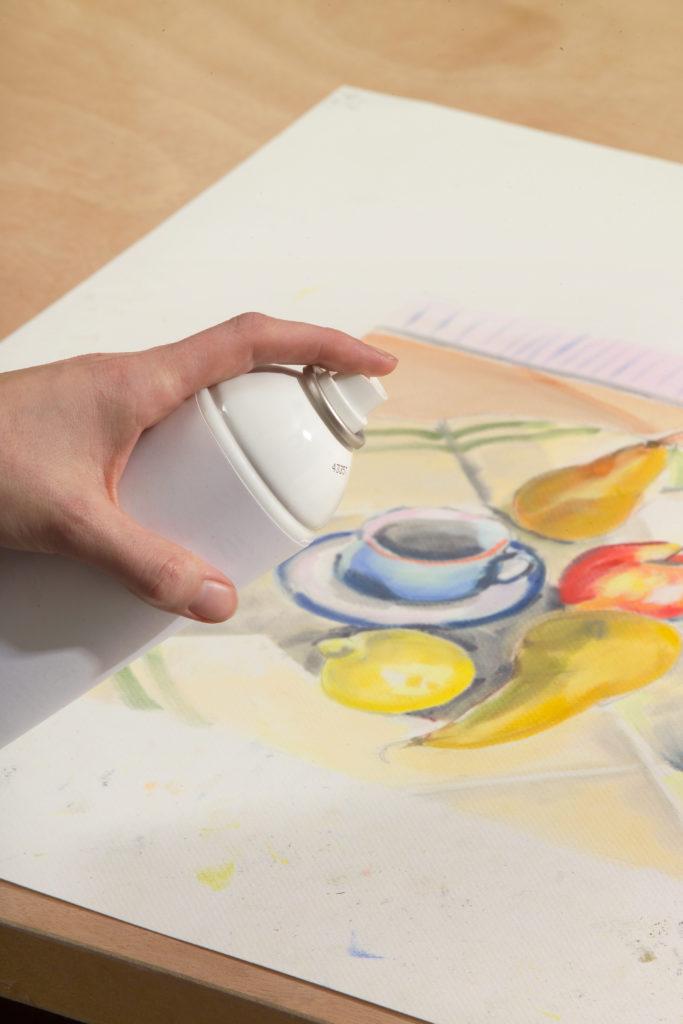 Et ferdig kunstverk som sprayes med fiksativ
