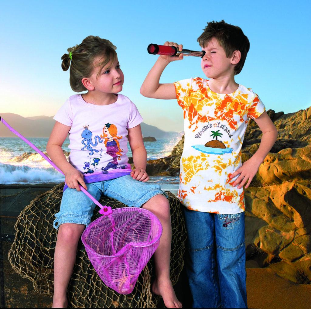 Gutt og jente med t-skjorter dekorert med tekstilmaling