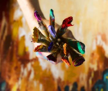Kunstner holder pensler med maling på